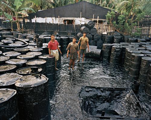 Recycling #2, Chittagong, Bangladesh, 2001. Chromogenic color print. Photograph © Edward Burtynsky