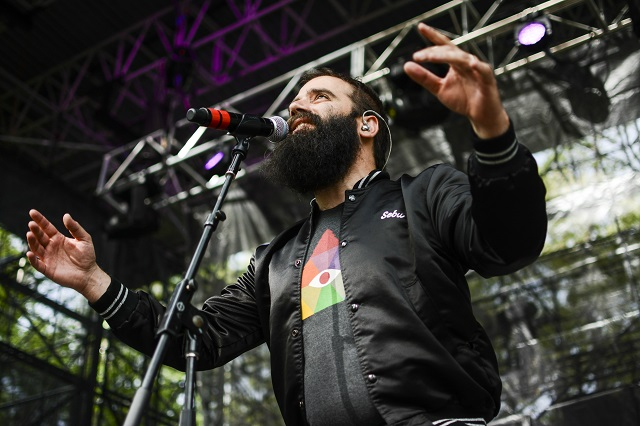 Crooner Sebu Simonian sings in Capital Cities. (Photo courtesy Sweetlife Festival.)